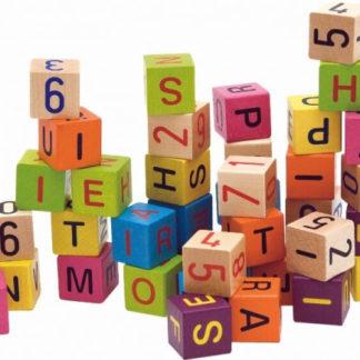 Barevné kostky s písmeny a čísly